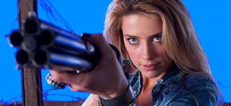 Amber avec una pistola che spara dei proiettili che uccidono i demoni